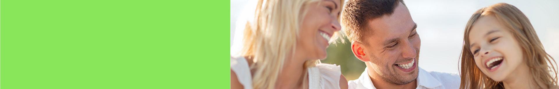 Uśmiechnięci kobieta, mężczyzna idziewczynka. Wszyscy mają zdrowe zęby- zabiegi wMedispot