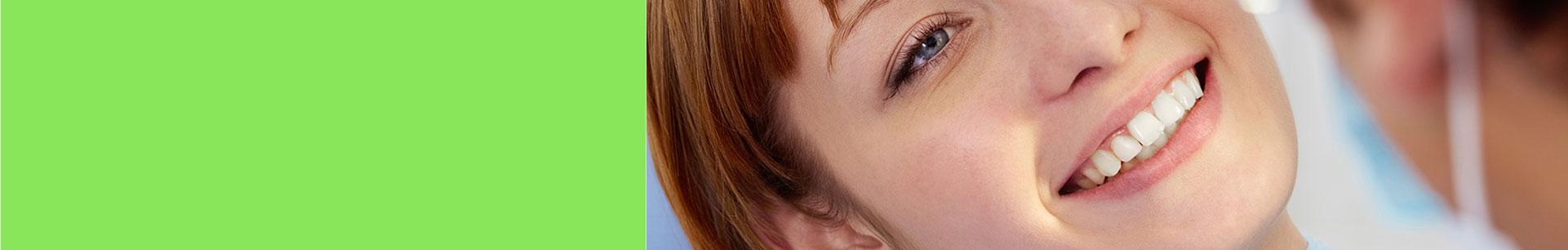 Uśmiech kobiety zwybielonymi zębami- zabiegi wMedispot